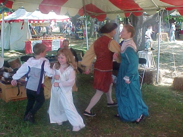 Children dance with antiqua dancers