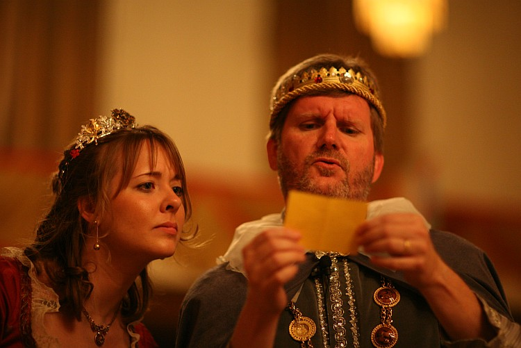 King and Queen read a note