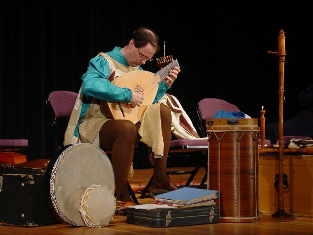 lute being played
